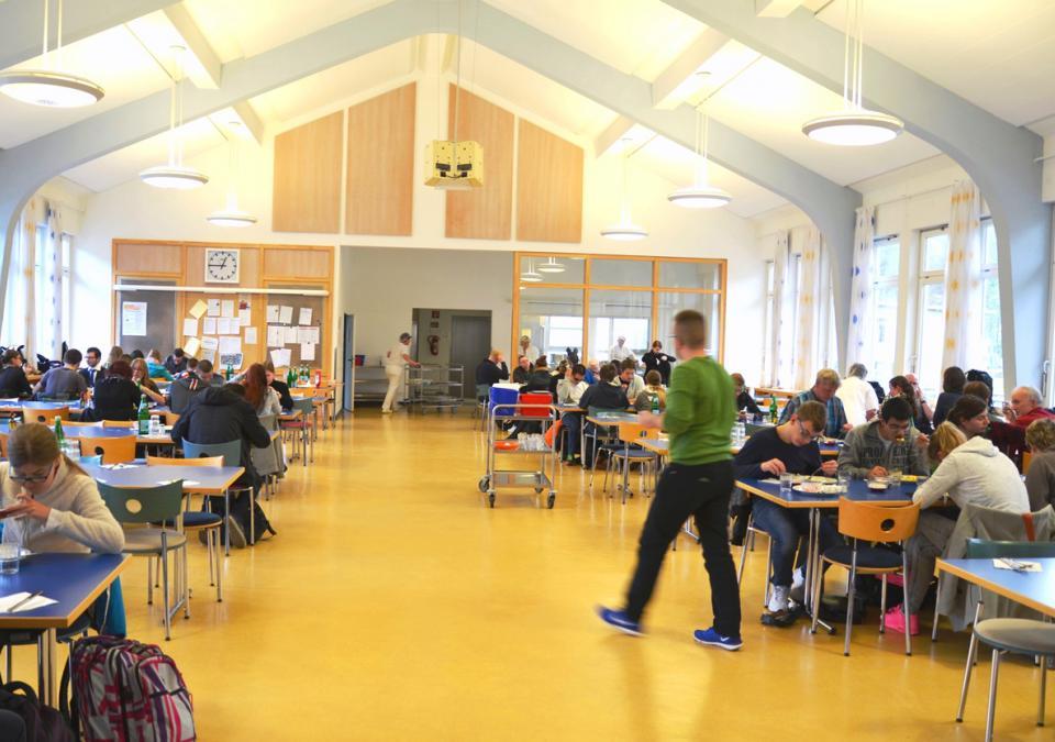 Bild 5 von 12: Die blista-Mensa: Schülerinnen und Schüler beim gemeinsamen Mittagessen