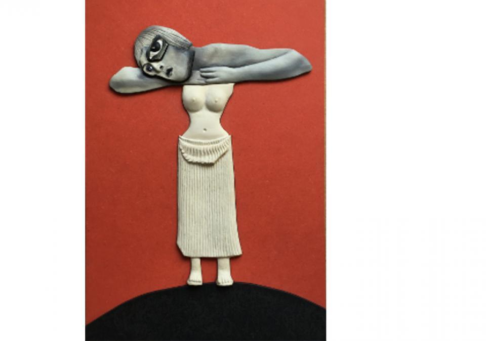 Bild 12 von 17: Frau auf einem Hügel stehend, vor orange-farbigem Hintergrund Leib aus modelliertem Torso der Uma, Kopf und Arme sind Fotos aus Zeitschriften, Haltung wie auf Tischplatte abgelegt, übergroßes Auge dominiert das Gesicht.
