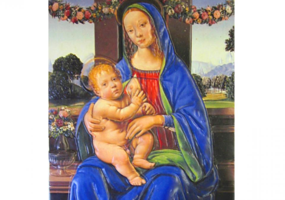 Bild 8 von 17: Madonna sitzend, mit einer entblößten Brust, Jesuskind auf dem Schoss haltend, Fenster im Hintergrund zeigt Blumengirlanden und Berglandschaft