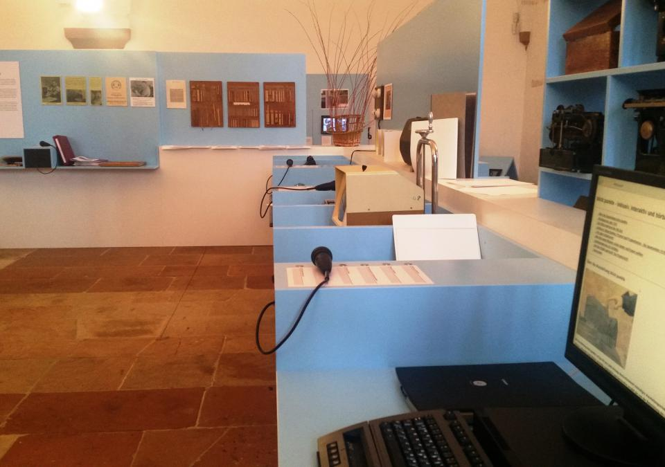 Bild 11 von 12: Einzelne Stationen geben den Ausstellungsbesuchern via Text und Audio Informationen rund um die blista