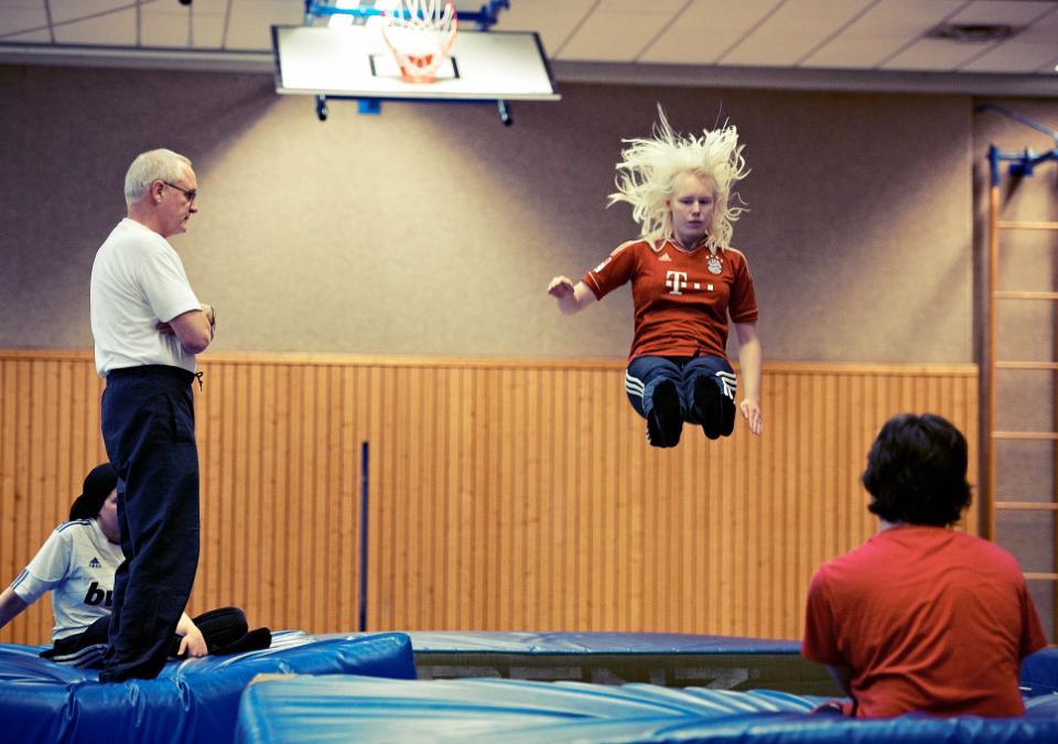 Bild 9 von 9: blista Schüler beim Sportunterricht: Ein Mädchen springt auf eine Turnmatte