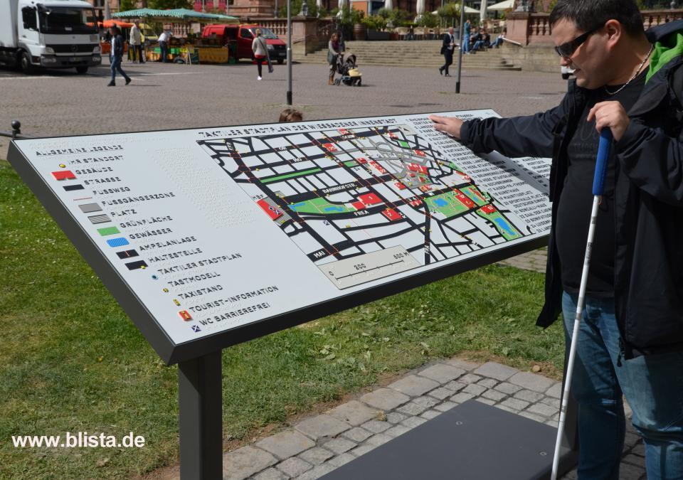 Bild 5 von 17: Das Foto zeigt den taktilen Stadtplan auf dem Wiesbadener Marktplatz