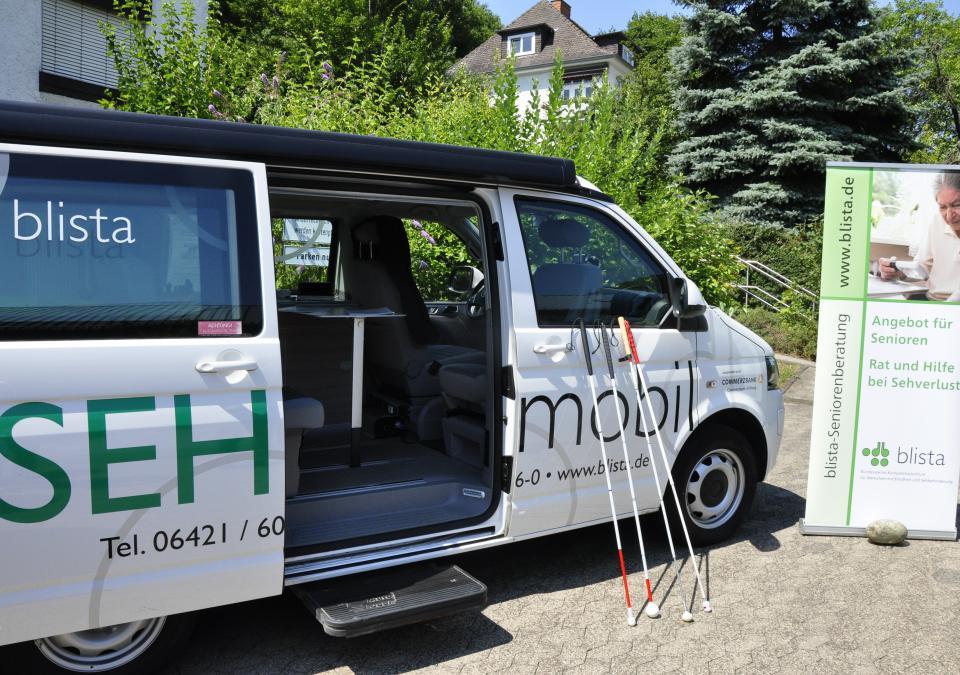 Bild 8 von 9: Der Kleinbus mit geöffneter Tür und Langstöcken