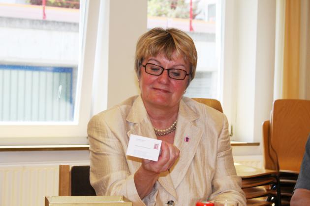 Das Foto zeigt Staatsministerin a.D. Henzler mit Braille-Visitenkarte
