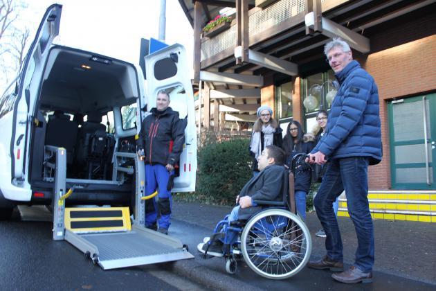 Rolli-Auto mit Schülern und Internatsaleiter Maarten Kubeja