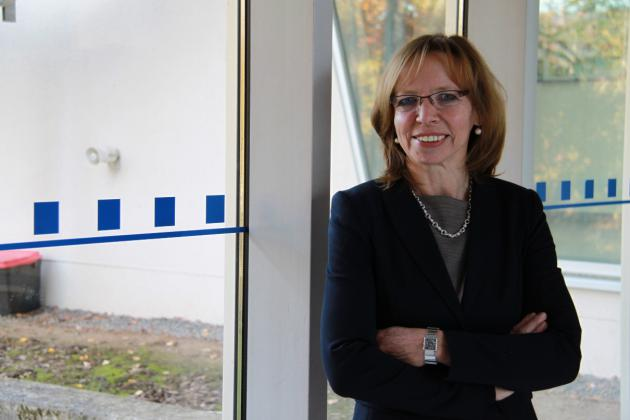 Das Foto zeigt die Leiterin der blista-Öffentlichkeitsarbeit, sie lächelt zu den betrachtenden hin