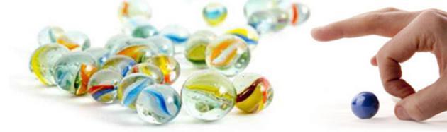 Spiel mit Glasmurmeln