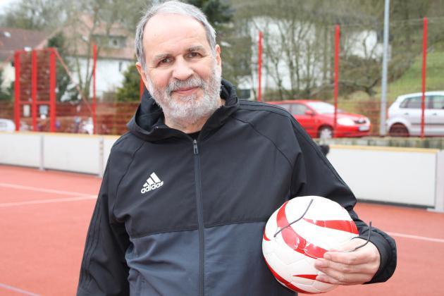 Trainer Goessmann mit Klingelball