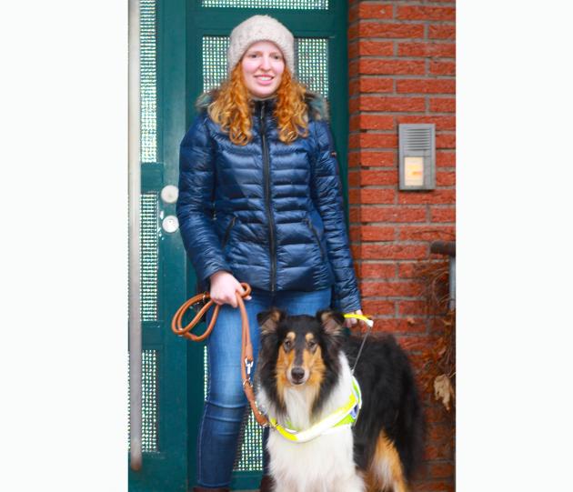 Eine blinde Erzieherin verlässt die Wohngruppe mit ihrem Blindenführhund