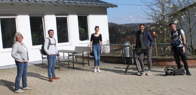 Die stellvertretende Schulleiterin, Karin Edtmüller, mit Rostam und dem Team von RTL-Hessen - Gruppenfoto mit Corona-Abständen