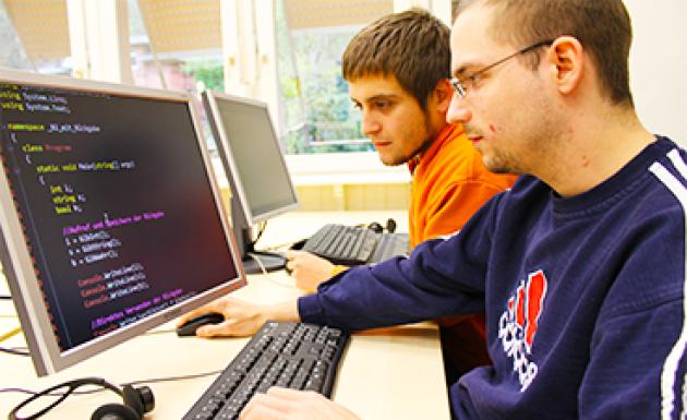 2 junge Leute arbeiten am PC