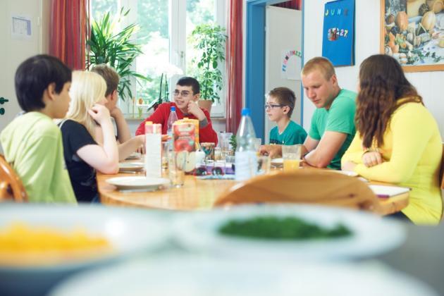 Eine blista Wohngruppe beim Frühstücken