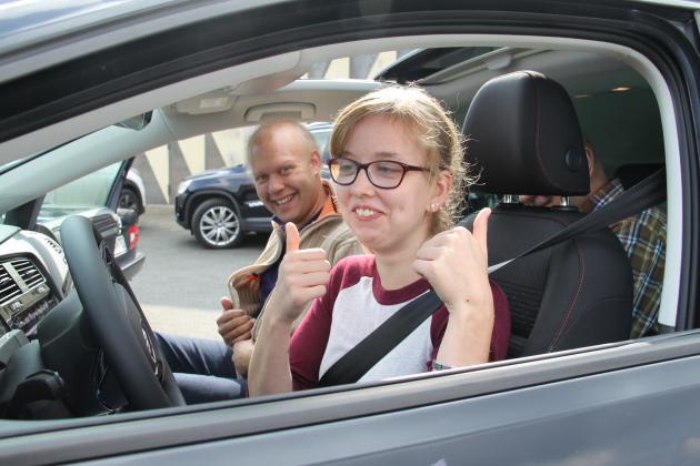 Schülerin im Auto
