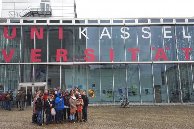 blista-Schüler vor der Uni Kassel